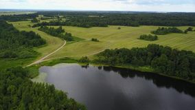 Озеро Polonskoe Трактор полей на дороге видеоматериал