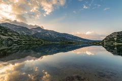 Озеро Popovo на отражении Bezbog, Болгарии и гор стоковая фотография rf