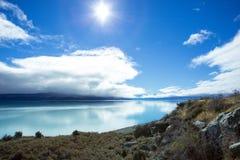 Озеро Pukaki на сияющий день Стоковая Фотография