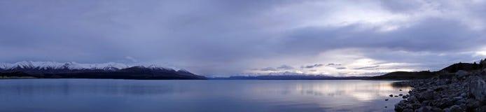 Озеро Pukaki панорама на восходе солнца в Новой Зеландии стоковая фотография rf