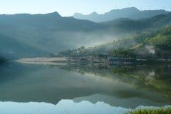 Озеро Reflecion в утре лета Стоковое Изображение