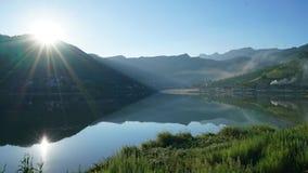 Озеро Reflecion в утре лета Стоковые Изображения RF