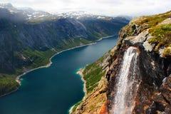 Озеро Ringedalsvatnet, снег покрыло горы и водопад, Норвегию Стоковое Изображение RF