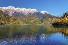 Озеро Ritsa гор в последней осени Абхазия Стоковые Изображения