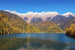 Озеро Ritsa гор в последней осени Абхазия Стоковое Фото
