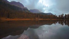 Озеро San Pellegrino в середине итальянца Альп сток-видео