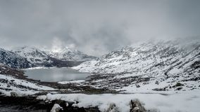 Озеро Sarathang окруженное снегом покрыло горы на всей стороне около озера в мае, Сиккима Changu Стоковые Фото