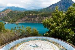 Озеро Serre-Ponçon, юговосточая Франция. Стоковая Фотография RF