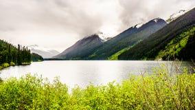 Озеро Seton и окружающие горы Стоковое Изображение