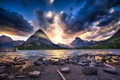 Озеро Swiftcurrent на заходе солнца Стоковая Фотография RF