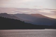 Озеро Teletskoye и горы Altai на заходе солнца Стоковые Фотографии RF