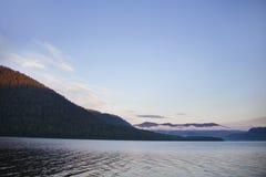 Озеро Teletskoye и горы Altai Россия Стоковое Изображение RF