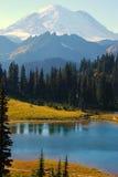 Озеро Tipsoo на Mt. более ненастном Стоковое Изображение RF