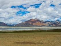 Озеро Tso Kar с снегом покрыло предпосылку горы, Leh, Ladakh Стоковые Изображения