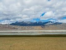 Озеро Tso Kar с снегом покрыло предпосылку горы, Leh, Ladakh Стоковое Изображение RF