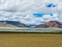 Озеро Tso Kar с снегом покрыло предпосылку горы, Leh, Ladakh Стоковое Изображение