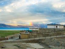 Озеро Tso Moriri около деревни Karzok с красивыми горой и радугой Стоковое Изображение