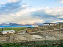 Озеро Tso Moriri около деревни Karzok с красивыми горой и радугой Стоковые Фото