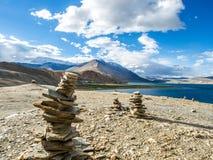 Озеро Tso Moriri с красивой горой Стоковые Изображения RF