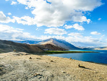 Озеро Tso Moriri с красивой горой Стоковая Фотография RF