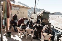 Озеро Tsomgo, Gangtok, Сикким, 26-ое декабря 2018: Одежды туристский waring людей теплые делают куртки и ботинки водостойким на п стоковая фотография rf