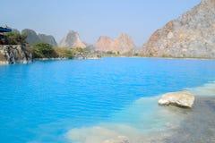 Озеро Tuyet Tinh Coc, озеро естественного цвета голубое на горе сына Trai, Хайфоне, Вьетнаме стоковые фото