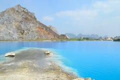 Озеро Tuyet Tinh Coc, озеро естественного цвета голубое на горе сына Trai, Хайфоне, Вьетнаме стоковое изображение
