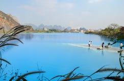 Озеро Tuyet Tinh Coc, озеро естественного цвета голубое на горе сына Trai, Хайфоне, Вьетнаме стоковая фотография rf