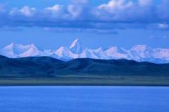 Озеро Tuzkol и пик Khan Tengri Стоковые Изображения RF