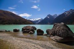 Озеро Xinluhai бирюзы в Тибете Стоковое Изображение RF