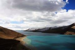 Озеро Yamdrok в Тибете Стоковое Фото