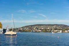 Озеро zurich с зданиями, шлюпками и открытым морем города стоковые изображения rf