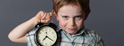 Озорной маленький ребенок с красными волосами предупреждая о времени preschooler Стоковые Фото