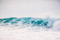 Океанская волна разбивает Кристаллическая волна в Бали стоковые изображения
