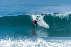 Океанская волна Bodyboarder занимаясь серфингом Стоковые Изображения