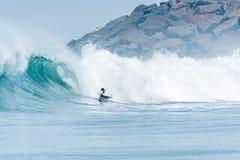 Океанская волна Bodyboarder занимаясь серфингом Стоковая Фотография