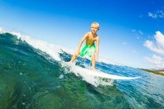 Океанская волна мальчика занимаясь серфингом стоковое фото rf