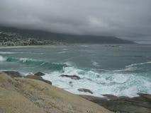 Океанская волна с утесами гранита Стоковые Фотографии RF