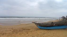 Океанские волны и шлюпка Shi Lanka видеоматериал