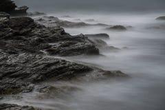 Океанские волны над утесами на прогулке скалы в Род-Айленде Стоковое Изображение