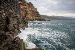 Океанские волны и крутые утесы острова Мадейры Стоковые Фотографии RF