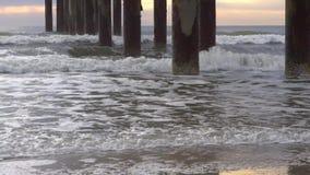 Океанские волны на пристани сток-видео