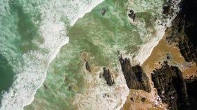 Океанские волны на скалистом пляже Стоковая Фотография RF