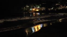 Океанские волны ночи в свете прибрежного города сток-видео