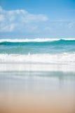 Океанские волны ломая на песке стоковые изображения rf