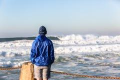 Океанские волны подростка наблюдая Стоковое Фото