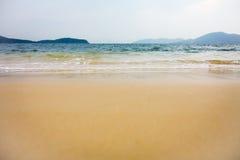 Океанские волны разбивая в берег Стоковые Фото
