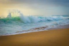 Океанские волны разбивая на пляже Стоковая Фотография RF
