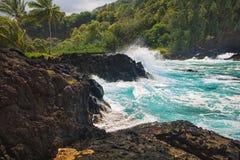 Океанские волны разбивая против утесов Стоковое фото RF