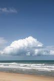 Океанские волны с облаком песчаного пляжа и кумулюса Стоковое Фото